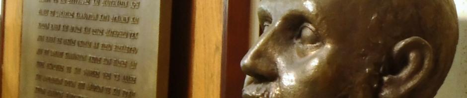 医学部図書館 ヒポクラテス像